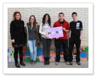 Mendaur institutoko ikasleak egindako kartela batekin eta Ana Mari Arregui